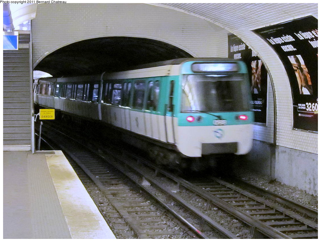 (318k, 1044x788)<br><b>Country:</b> France<br><b>City:</b> Paris<br><b>System:</b> RATP (Régie Autonome des Transports Parisiens)<br><b>Line:</b> Metro Ligne 8<br><b>Location:</b> Commerce<br><b>Car:</b> MF77  <br><b>Photo by:</b> Bernard Chatreau<br><b>Date:</b> 1/28/2010<br><b>Viewed (this week/total):</b> 0 / 456