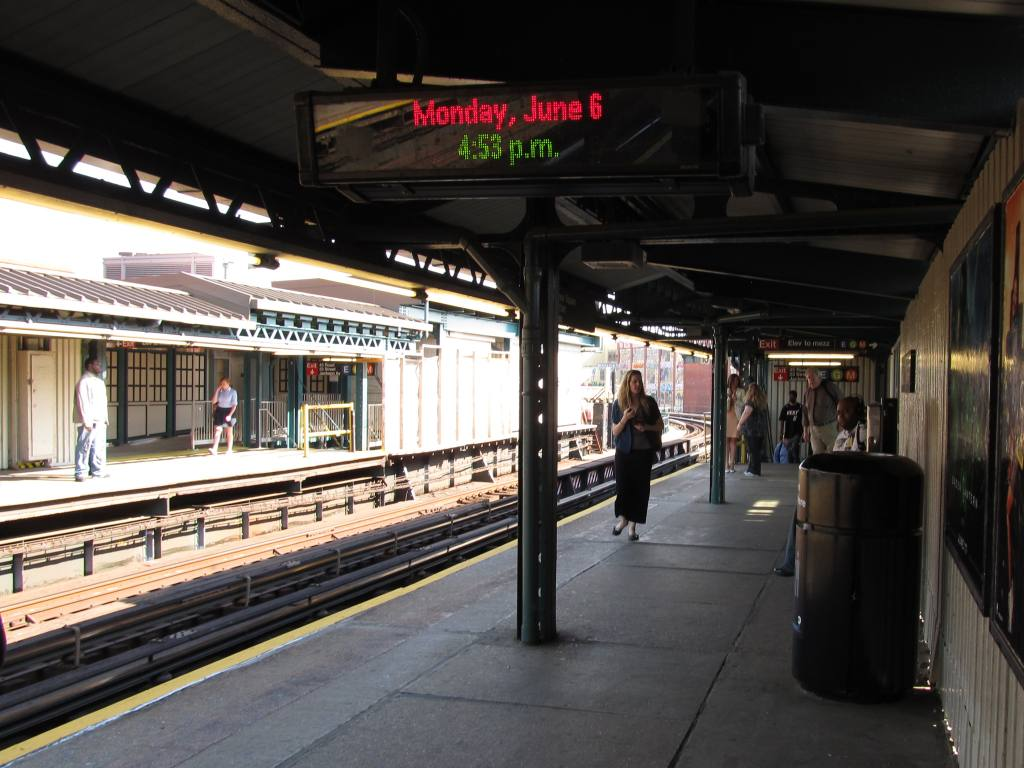 (120k, 1024x768)<br><b>Country:</b> United States<br><b>City:</b> New York<br><b>System:</b> New York City Transit<br><b>Line:</b> IRT Flushing Line<br><b>Location:</b> Court House Square/45th Road <br><b>Photo by:</b> Robbie Rosenfeld<br><b>Date:</b> 6/6/2011<br><b>Notes:</b> New transfer.<br><b>Viewed (this week/total):</b> 0 / 996