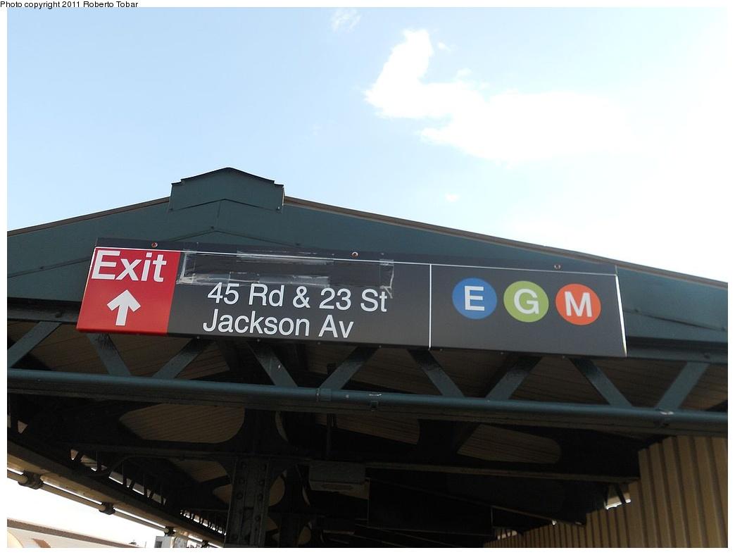 (209k, 1044x788)<br><b>Country:</b> United States<br><b>City:</b> New York<br><b>System:</b> New York City Transit<br><b>Line:</b> IRT Flushing Line<br><b>Location:</b> Court House Square/45th Road <br><b>Photo by:</b> Roberto C. Tobar<br><b>Date:</b> 7/15/2011<br><b>Notes:</b> New transfer signage.<br><b>Viewed (this week/total):</b> 0 / 1104