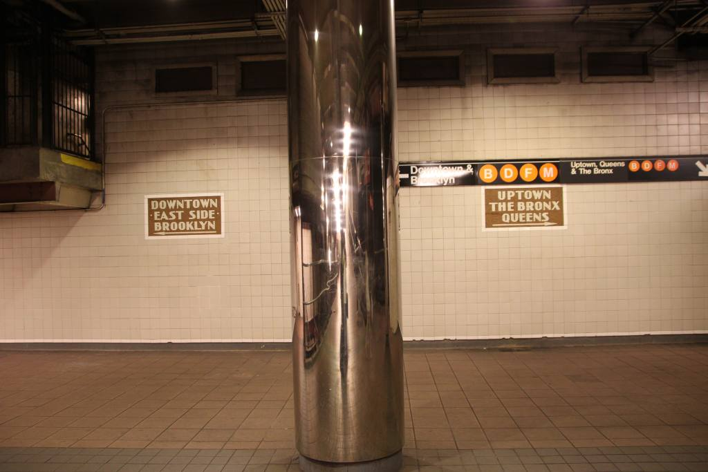 (76k, 1024x683)<br><b>Country:</b> United States<br><b>City:</b> New York<br><b>System:</b> New York City Transit<br><b>Line:</b> IND 6th Avenue Line<br><b>Location:</b> 34th Street/Herald Square <br><b>Photo by:</b> Robbie Rosenfeld<br><b>Date:</b> 6/16/2011<br><b>Notes:</b> Signs and column in ramp to platform.<br><b>Viewed (this week/total):</b> 1 / 1198