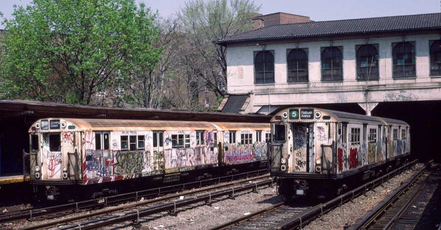 (75k, 900x469)<br><b>Country:</b> United States<br><b>City:</b> New York<br><b>System:</b> New York City Transit<br><b>Line:</b> IRT Dyre Ave. Line<br><b>Location:</b> Morris Park <br><b>Route:</b> 5<br><b>Car:</b> R-33 Main Line (St. Louis, 1962-63) 8981 <br><b>Photo by:</b> Robert Callahan<br><b>Date:</b> 4/1985<br><b>Viewed (this week/total):</b> 5 / 1617