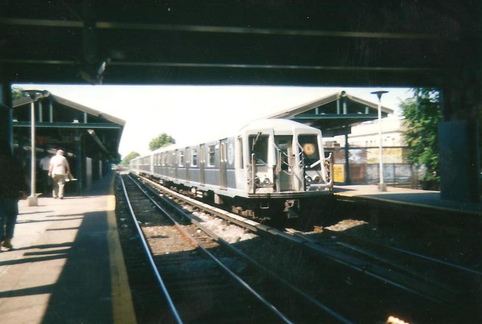 (72k, 948x639)<br><b>Country:</b> United States<br><b>City:</b> New York<br><b>System:</b> New York City Transit<br><b>Line:</b> BMT Brighton Line<br><b>Location:</b> Kings Highway <br><b>Route:</b> Q<br><b>Car:</b> R-40 (St. Louis, 1968)   <br><b>Photo by:</b> Zach Summer<br><b>Date:</b> 1999<br><b>Notes:</b> Summer 1999<br><b>Viewed (this week/total):</b> 3 / 1287