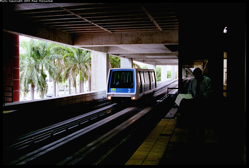 (78k, 820x553)<br><b>Country:</b> United States<br><b>City:</b> Miami, FL<br><b>System:</b> Miami Metromover<br><b>Location:</b> Government Center <br><b>Photo by:</b> Paul Polischuk<br><b>Date:</b> 8/2000<br><b>Notes:</b> Northbound car arriving at Government Center- Metrorail transfer on upper level<br><b>Viewed (this week/total):</b> 0 / 4090