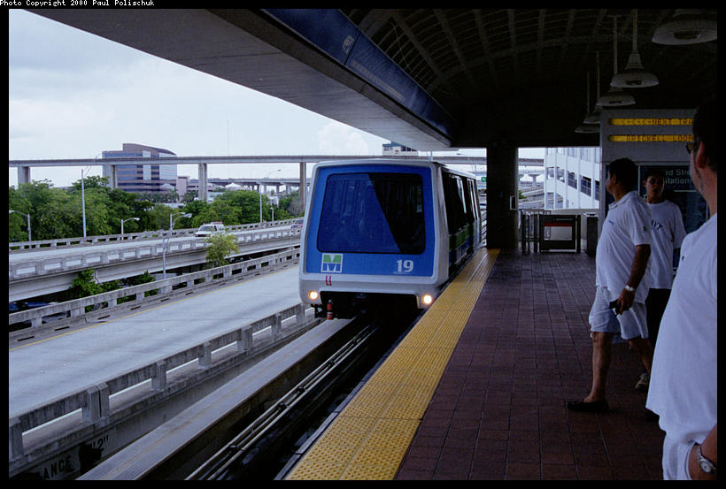 (86k, 820x553)<br><b>Country:</b> United States<br><b>City:</b> Miami, FL<br><b>System:</b> Miami Metromover<br><b>Location:</b> Ft. Dallas Park (3rd St.) <br><b>Photo by:</b> Paul Polischuk<br><b>Date:</b> 8/2000<br><b>Notes:</b> Brickell train arriving at Third Street Station.<br><b>Viewed (this week/total):</b> 0 / 4415