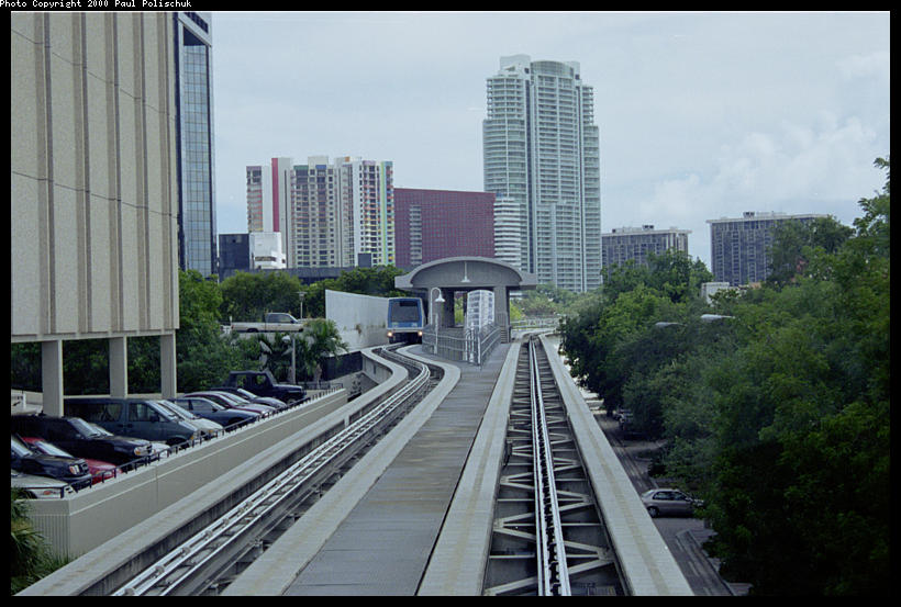 (88k, 820x553)<br><b>Country:</b> United States<br><b>City:</b> Miami, FL<br><b>System:</b> Miami Metromover<br><b>Location:</b> 10th Street/Promenade <br><b>Photo by:</b> Paul Polischuk<br><b>Date:</b> 8/2000<br><b>Notes:</b> Looking south at Tenth Street Station Brickell loop.<br><b>Viewed (this week/total):</b> 0 / 4184