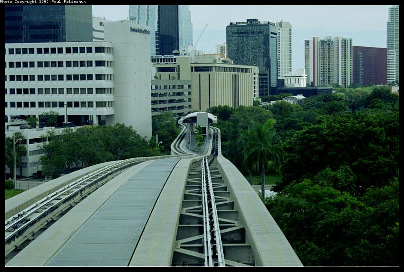 (106k, 820x553)<br><b>Country:</b> United States<br><b>City:</b> Miami, FL<br><b>System:</b> Miami Metromover<br><b>Location:</b> 8th Street <br><b>Photo by:</b> Paul Polischuk<br><b>Date:</b> 8/2000<br><b>Notes:</b> Looking south at Eighth Street Station Brickell loop.<br><b>Viewed (this week/total):</b> 1 / 4745