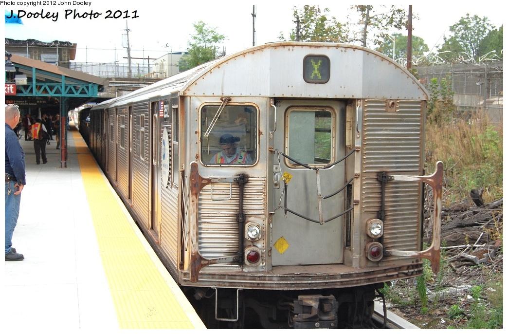 (339k, 1044x686)<br><b>Country:</b> United States<br><b>City:</b> New York<br><b>System:</b> New York City Transit<br><b>Line:</b> BMT West End Line<br><b>Location:</b> 9th Avenue <br><b>Route:</b> Work Service<br><b>Car:</b> R-32 (Budd, 1964)  3552 <br><b>Photo by:</b> John Dooley<br><b>Date:</b> 9/22/2011<br><b>Viewed (this week/total):</b> 0 / 1203