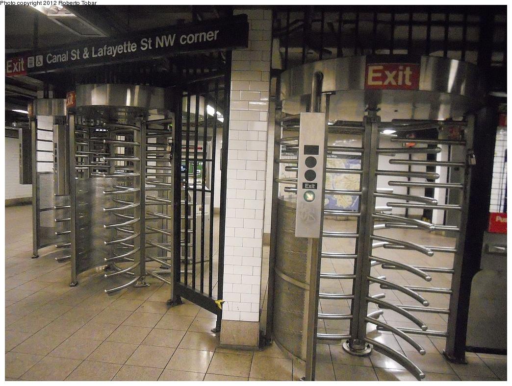 (364k, 1044x788)<br><b>Country:</b> United States<br><b>City:</b> New York<br><b>System:</b> New York City Transit<br><b>Line:</b> IRT East Side Line<br><b>Location:</b> Canal Street <br><b>Photo by:</b> Roberto C. Tobar<br><b>Date:</b> 12/7/2011<br><b>Viewed (this week/total):</b> 0 / 726