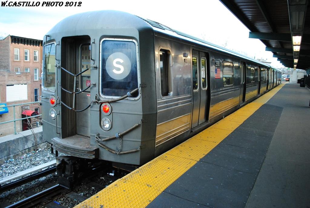 (304k, 1024x687)<br><b>Country:</b> United States<br><b>City:</b> New York<br><b>System:</b> New York City Transit<br><b>Line:</b> BMT Franklin<br><b>Location:</b> Franklin Avenue <br><b>Route:</b> Franklin Shuttle<br><b>Car:</b> R-68 (Westinghouse-Amrail, 1986-1988)  2918 <br><b>Photo by:</b> Wilfredo Castillo<br><b>Date:</b> 3/29/2012<br><b>Viewed (this week/total):</b> 2 / 1192