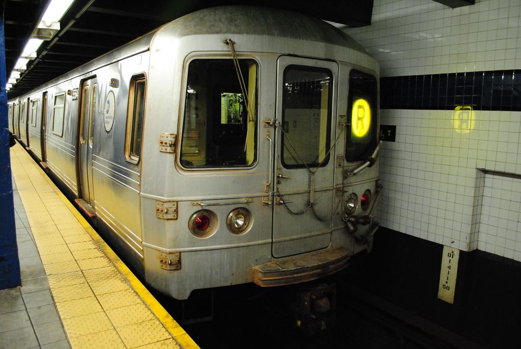 (324k, 1024x687)<br><b>Country:</b> United States<br><b>City:</b> New York<br><b>System:</b> New York City Transit<br><b>Line:</b> IND Queens Boulevard Line<br><b>Location:</b> Roosevelt Avenue <br><b>Route:</b> R<br><b>Car:</b> R-46 (Pullman-Standard, 1974-75) 5564 <br><b>Photo by:</b> Wilfredo Castillo<br><b>Date:</b> 4/2/2012<br><b>Viewed (this week/total):</b> 0 / 936