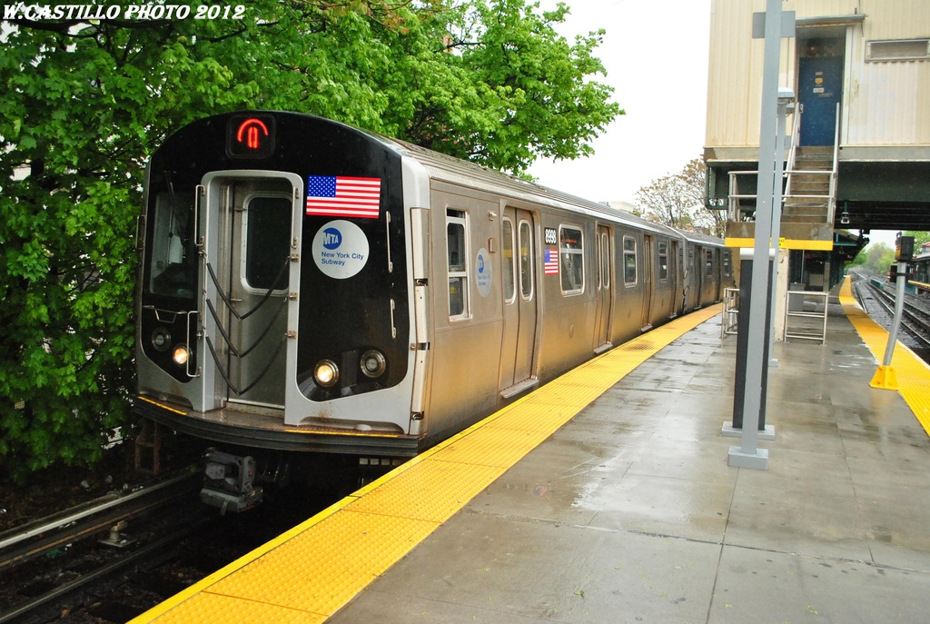 (343k, 1024x687)<br><b>Country:</b> United States<br><b>City:</b> New York<br><b>System:</b> New York City Transit<br><b>Line:</b> BMT Brighton Line<br><b>Location:</b> Kings Highway <br><b>Route:</b> Q<br><b>Car:</b> R-160B (Option 1) (Kawasaki, 2008-2009)  8998 <br><b>Photo by:</b> Wilfredo Castillo<br><b>Date:</b> 4/22/2012<br><b>Viewed (this week/total):</b> 1 / 800