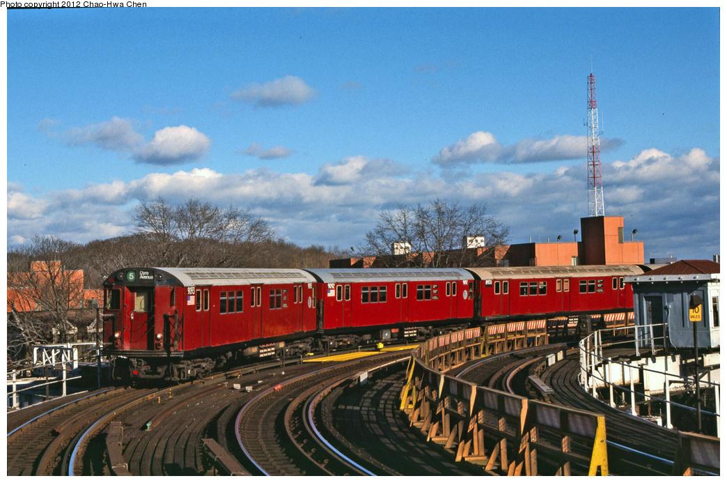 (403k, 1044x693)<br><b>Country:</b> United States<br><b>City:</b> New York<br><b>System:</b> New York City Transit<br><b>Line:</b> IRT White Plains Road Line<br><b>Location:</b> West Farms Sq./East Tremont Ave./177th St. <br><b>Route:</b> 5<br><b>Car:</b> R-33 Main Line (St. Louis, 1962-63) 9093 <br><b>Photo by:</b> Chao-Hwa Chen<br><b>Date:</b> 12/21/2001<br><b>Viewed (this week/total):</b> 2 / 991