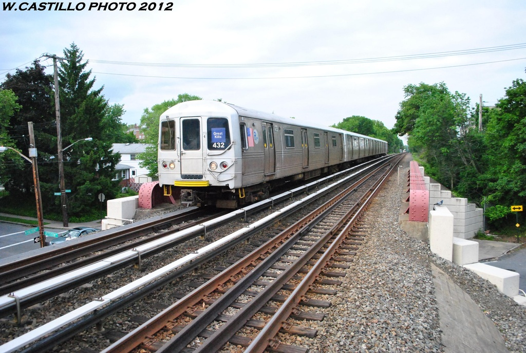 (355k, 1024x687)<br><b>Country:</b> United States<br><b>City:</b> New York<br><b>System:</b> New York City Transit<br><b>Line:</b> SIRT<br><b>Location:</b> Jefferson Avenue <br><b>Car:</b> R-44 SIRT (St. Louis, 1971-1973) 432 <br><b>Photo by:</b> Wilfredo Castillo<br><b>Date:</b> 5/22/2012<br><b>Viewed (this week/total):</b> 4 / 1030