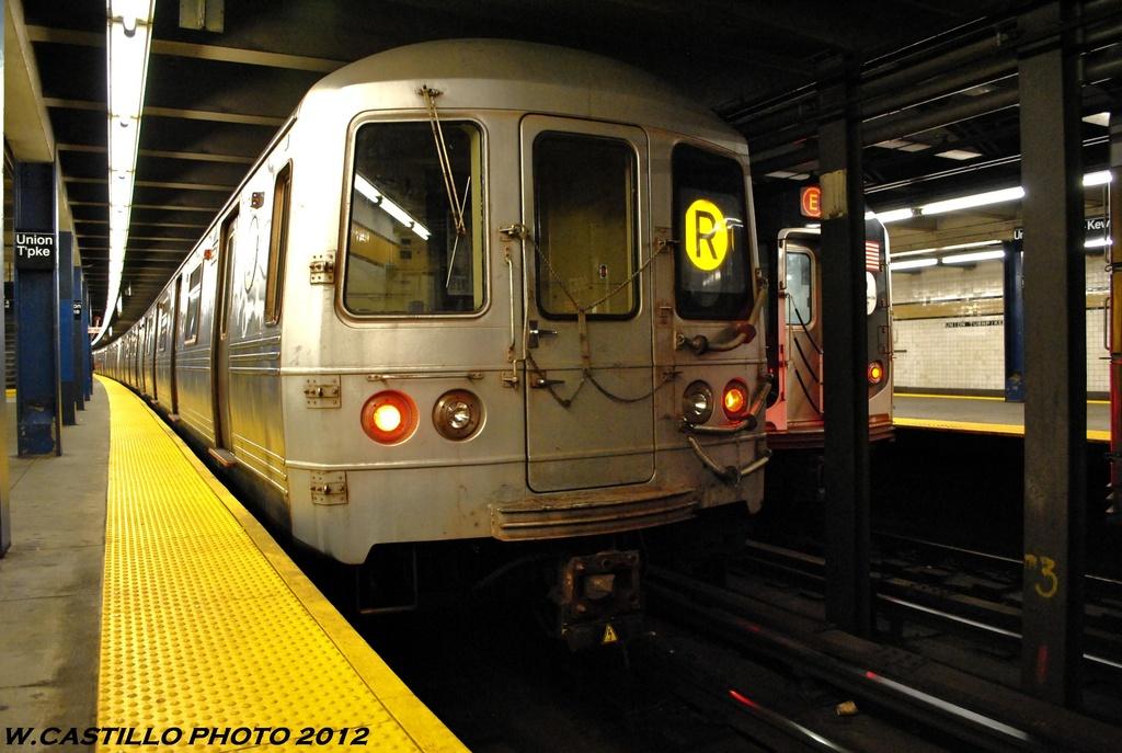 (253k, 1024x687)<br><b>Country:</b> United States<br><b>City:</b> New York<br><b>System:</b> New York City Transit<br><b>Line:</b> IND Queens Boulevard Line<br><b>Location:</b> Union Turnpike/Kew Gardens <br><b>Route:</b> R<br><b>Car:</b> R-46 (Pullman-Standard, 1974-75) 5560 <br><b>Photo by:</b> Wilfredo Castillo<br><b>Date:</b> 6/2012<br><b>Viewed (this week/total):</b> 1 / 749