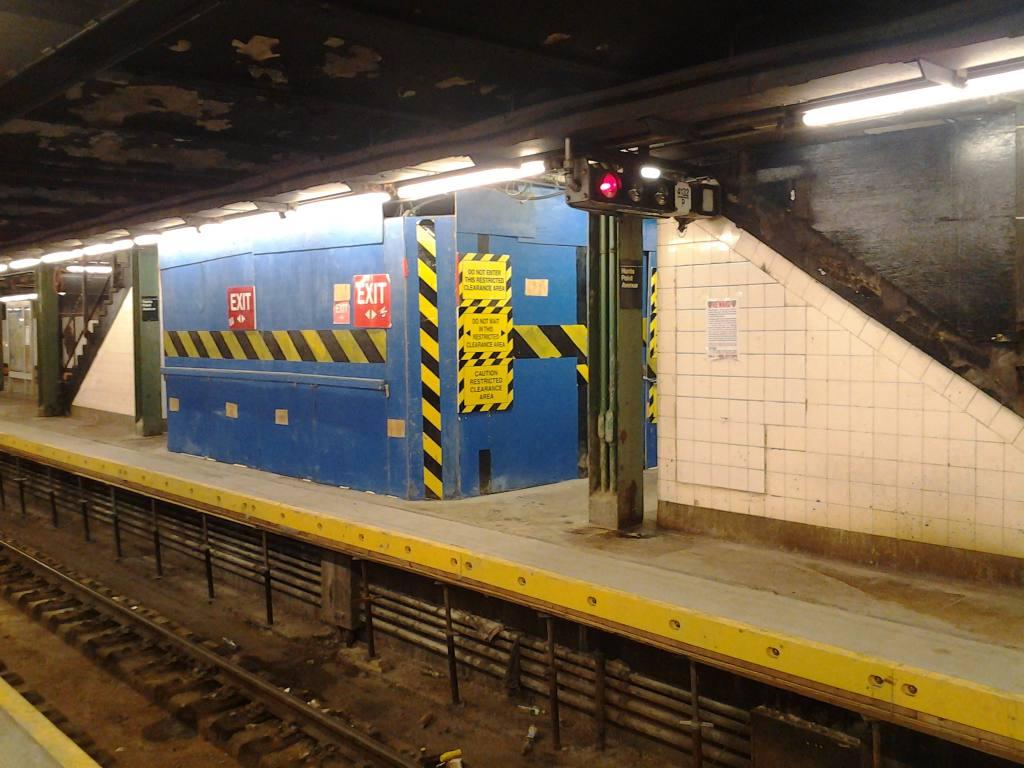 (110k, 1024x768)<br><b>Country:</b> United States<br><b>City:</b> New York<br><b>System:</b> New York City Transit<br><b>Line:</b> IRT Pelham Line<br><b>Location:</b> Hunts Point Avenue <br><b>Photo by:</b> Robbie Rosenfeld<br><b>Date:</b> 7/15/2012<br><b>Viewed (this week/total):</b> 0 / 1208