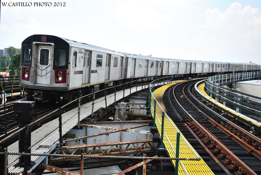 (342k, 1024x687)<br><b>Country:</b> United States<br><b>City:</b> New York<br><b>System:</b> New York City Transit<br><b>Line:</b> IRT White Plains Road Line<br><b>Location:</b> East 180th Street <br><b>Route:</b> 5<br><b>Car:</b> R-142 (Primary Order, Bombardier, 1999-2002)  6556 <br><b>Photo by:</b> Wilfredo Castillo<br><b>Date:</b> 8/9/2012<br><b>Viewed (this week/total):</b> 0 / 980