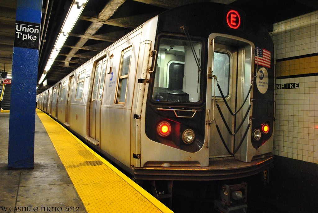 (304k, 1024x687)<br><b>Country:</b> United States<br><b>City:</b> New York<br><b>System:</b> New York City Transit<br><b>Line:</b> IND Queens Boulevard Line<br><b>Location:</b> Union Turnpike/Kew Gardens <br><b>Route:</b> E<br><b>Car:</b> R-160A (Option 1) (Alstom, 2008-2009, 5 car sets)  9322 <br><b>Photo by:</b> Wilfredo Castillo<br><b>Date:</b> 7/28/2012<br><b>Viewed (this week/total):</b> 0 / 926
