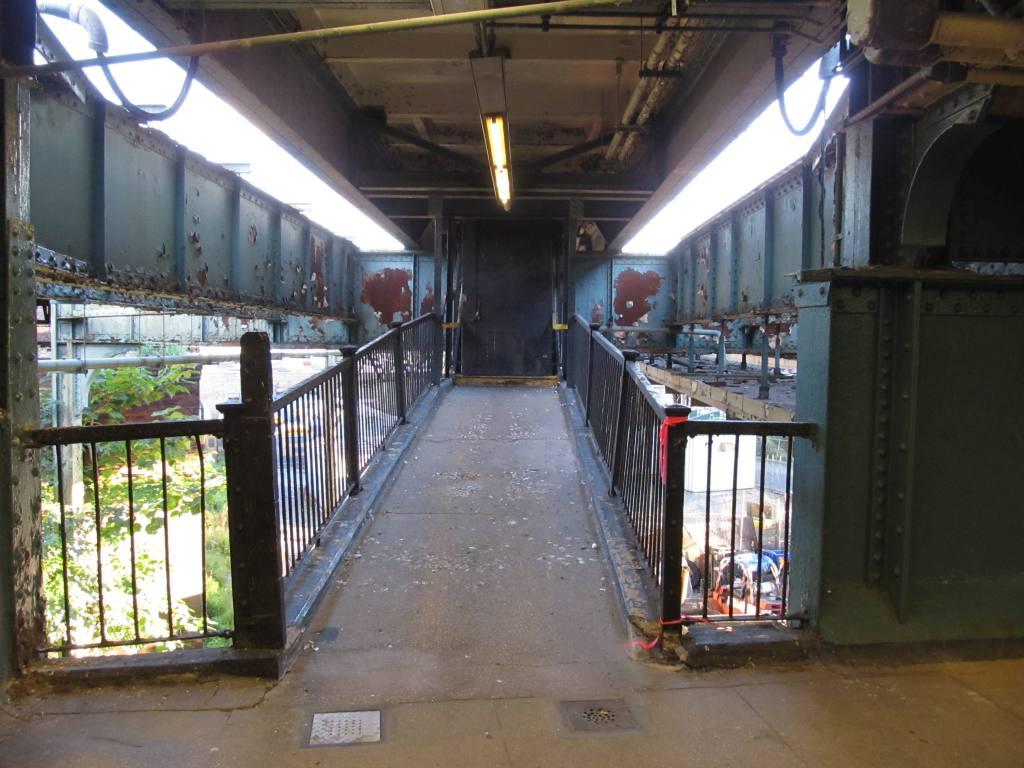 (119k, 1024x768)<br><b>Country:</b> United States<br><b>City:</b> New York<br><b>System:</b> New York City Transit<br><b>Line:</b> BMT Canarsie Line<br><b>Location:</b> Atlantic Avenue <br><b>Photo by:</b> Robbie Rosenfeld<br><b>Date:</b> 8/29/2012<br><b>Notes:</b> Closed platform<br><b>Viewed (this week/total):</b> 0 / 1300