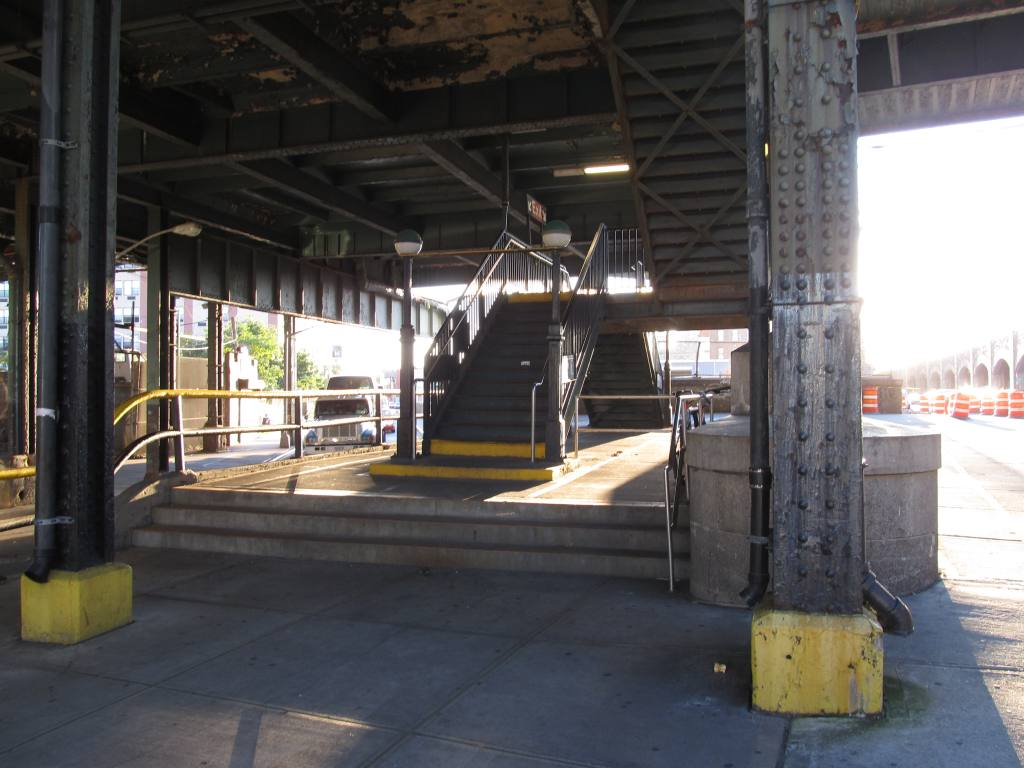 (103k, 1024x768)<br><b>Country:</b> United States<br><b>City:</b> New York<br><b>System:</b> New York City Transit<br><b>Line:</b> BMT Canarsie Line<br><b>Location:</b> Atlantic Avenue <br><b>Photo by:</b> Robbie Rosenfeld<br><b>Date:</b> 8/29/2012<br><b>Notes:</b> Station entrance<br><b>Viewed (this week/total):</b> 0 / 1116