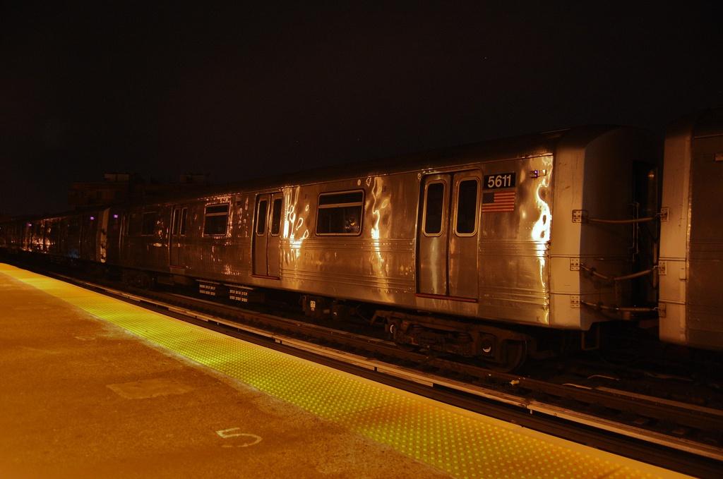 (247k, 1024x679)<br><b>Country:</b> United States<br><b>City:</b> New York<br><b>System:</b> New York City Transit<br><b>Line:</b> BMT West End Line<br><b>Location:</b> Fort Hamilton Parkway <br><b>Car:</b> R-46 (Pullman-Standard, 1974-75) 5611 <br><b>Photo by:</b> John Dooley<br><b>Date:</b> 11/16/2012<br><b>Notes:</b> Post Hurricane Sandy layups<br><b>Viewed (this week/total):</b> 1 / 663