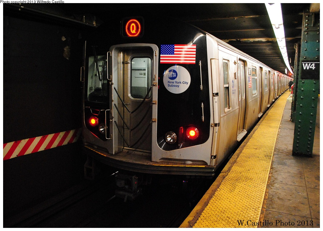 (319k, 1044x747)<br><b>Country:</b> United States<br><b>City:</b> New York<br><b>System:</b> New York City Transit<br><b>Line:</b> IND 6th Avenue Line<br><b>Location:</b> West 4th Street/Washington Square <br><b>Route:</b> Q<br><b>Car:</b> R-160B (Option 1) (Kawasaki, 2008-2009)  9017 <br><b>Photo by:</b> Wilfredo Castillo<br><b>Date:</b> 1/30/2013<br><b>Viewed (this week/total):</b> 2 / 1076