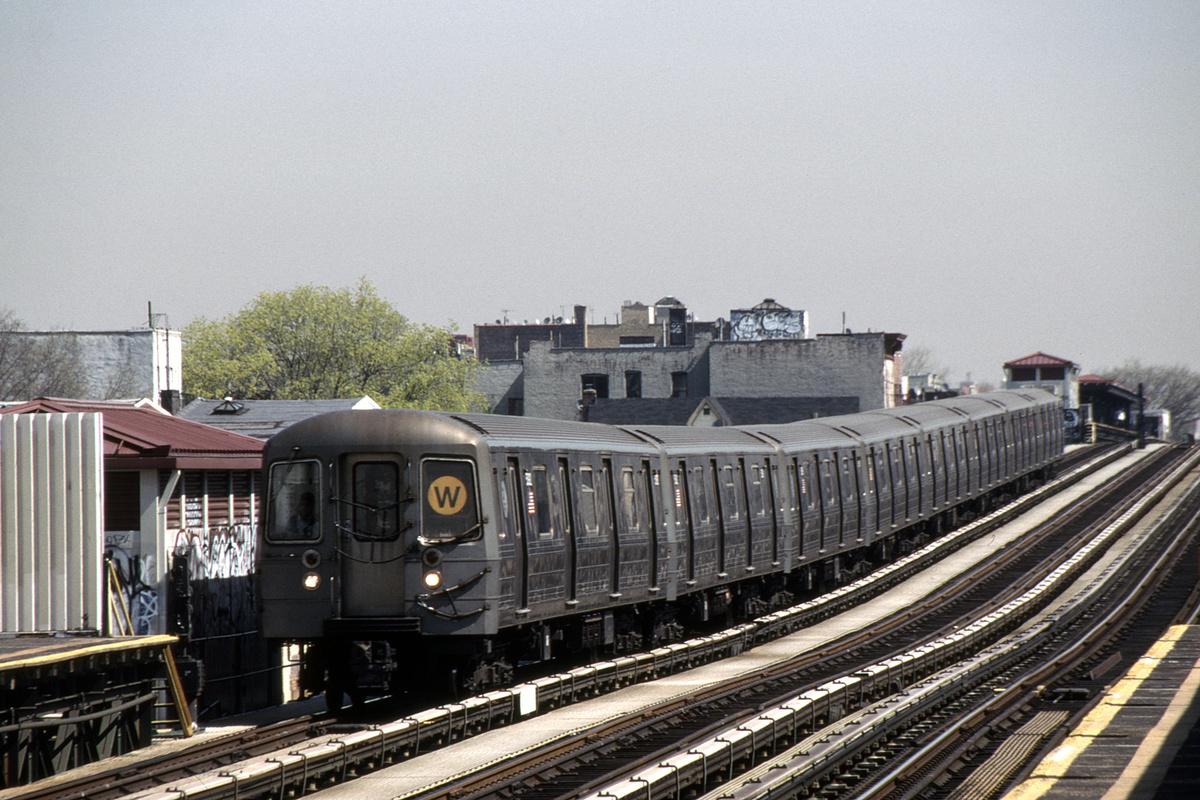 (381k, 1044x679)<br><b>Country:</b> United States<br><b>City:</b> New York<br><b>System:</b> New York City Transit<br><b>Line:</b> BMT Astoria Line<br><b>Location:</b> 39th/Beebe Aves. <br><b>Route:</b> W<br><b>Car:</b> R-68A (Kawasaki, 1988-1989)  5089-5092/5177-5180 <br><b>Photo by:</b> David Warner<br><b>Collection of:</b> David Pirmann<br><b>Date:</b> 4/18/2008<br><b>Viewed (this week/total):</b> 2 / 894