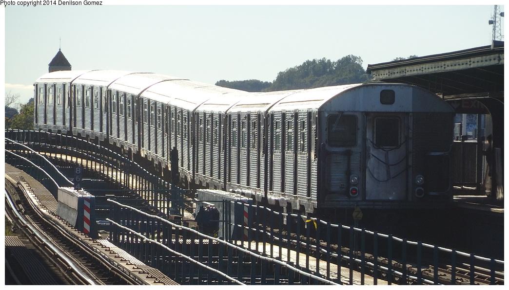 (319k, 1044x596)<br><b>Country:</b> United States<br><b>City:</b> New York<br><b>System:</b> New York City Transit<br><b>Line:</b> BMT Nassau Street/Jamaica Line<br><b>Location:</b> 121st Street <br><b>Route:</b> J<br><b>Car:</b> R-32 (Budd, 1964)   <br><b>Photo by:</b> Denilson Gomez<br><b>Date:</b> 9/23/2013<br><b>Viewed (this week/total):</b> 1 / 1385