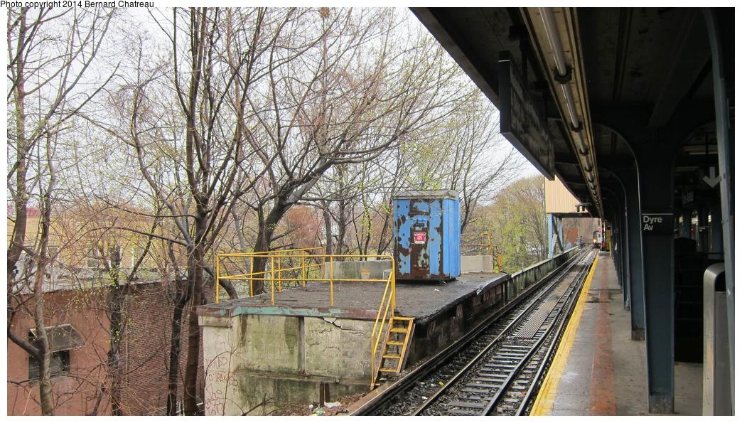 (390k, 1044x595)<br><b>Country:</b> United States<br><b>City:</b> New York<br><b>System:</b> New York City Transit<br><b>Line:</b> IRT Dyre Ave. Line<br><b>Location:</b> Dyre Avenue <br><b>Photo by:</b> Bernard Chatreau<br><b>Date:</b> 4/12/2011<br><b>Viewed (this week/total):</b> 0 / 1426