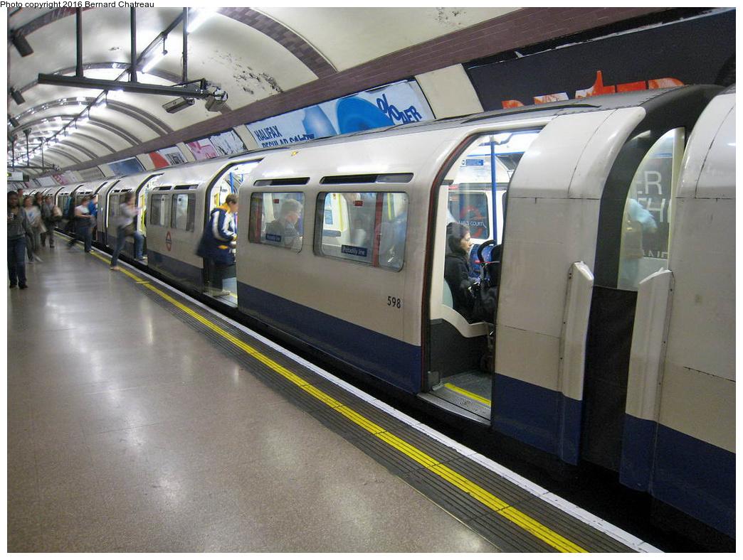 (331k, 1044x788)<br><b>Country:</b> United Kingdom<br><b>City:</b> London<br><b>System:</b> London Underground<br><b>Line:</b> Piccadilly<br><b>Location:</b> Earl's Court <br><b>Car:</b> 1973 Tube Stock 598 <br><b>Photo by:</b> Bernard Chatreau<br><b>Date:</b> 7/12/2008<br><b>Viewed (this week/total):</b> 0 / 279