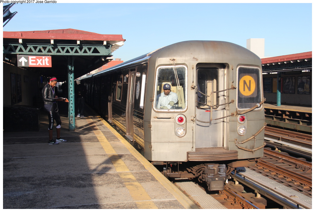 (314k, 1044x703)<br><b>Country:</b> United States<br><b>City:</b> New York<br><b>System:</b> New York City Transit<br><b>Line:</b> BMT Astoria Line<br><b>Location:</b> 39th/Beebe Aves. <br><b>Route:</b> N<br><b>Car:</b> R-68 (Westinghouse-Amrail, 1986-1988)  2826 <br><b>Photo by:</b> Jose Garrido<br><b>Date:</b> 11/8/2016<br><b>Viewed (this week/total):</b> 1 / 500
