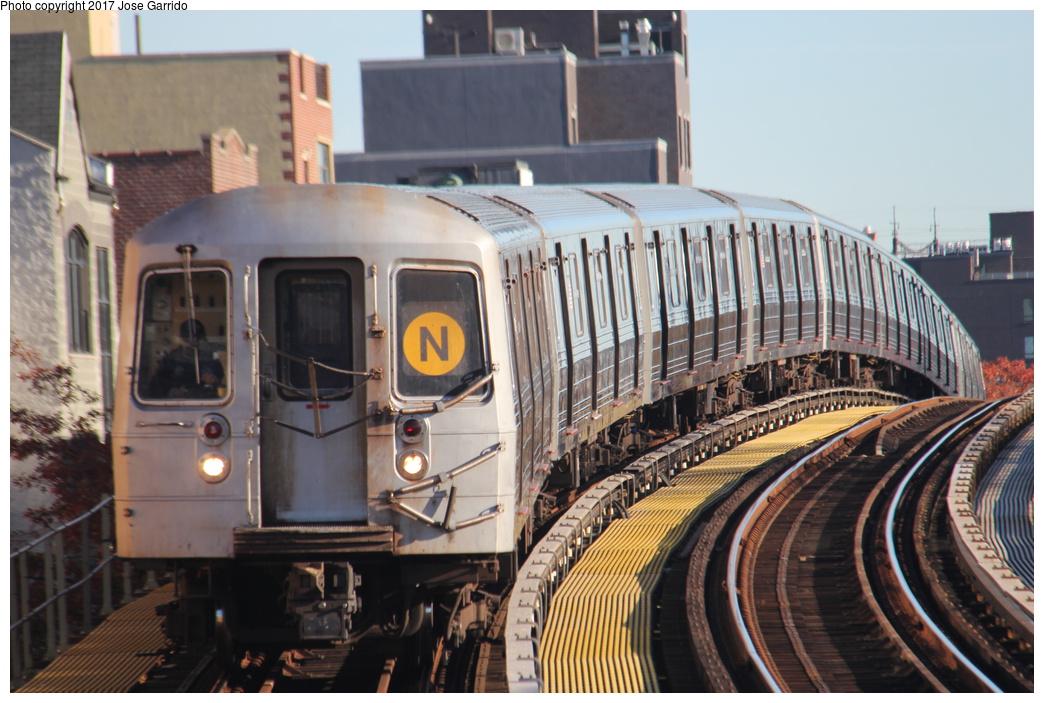 (321k, 1044x703)<br><b>Country:</b> United States<br><b>City:</b> New York<br><b>System:</b> New York City Transit<br><b>Line:</b> BMT Astoria Line<br><b>Location:</b> 30th/Grand Aves. <br><b>Route:</b> N<br><b>Car:</b> R-68 (Westinghouse-Amrail, 1986-1988)  2722 <br><b>Photo by:</b> Jose Garrido<br><b>Date:</b> 11/10/2016<br><b>Viewed (this week/total):</b> 0 / 832