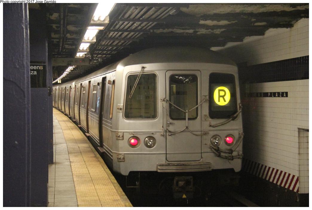 (269k, 1044x703)<br><b>Country:</b> United States<br><b>City:</b> New York<br><b>System:</b> New York City Transit<br><b>Line:</b> IND Queens Boulevard Line<br><b>Location:</b> Queens Plaza <br><b>Route:</b> R<br><b>Car:</b> R-46 (Pullman-Standard, 1974-75) 5484 <br><b>Photo by:</b> Jose Garrido<br><b>Date:</b> 11/19/2016<br><b>Viewed (this week/total):</b> 0 / 667
