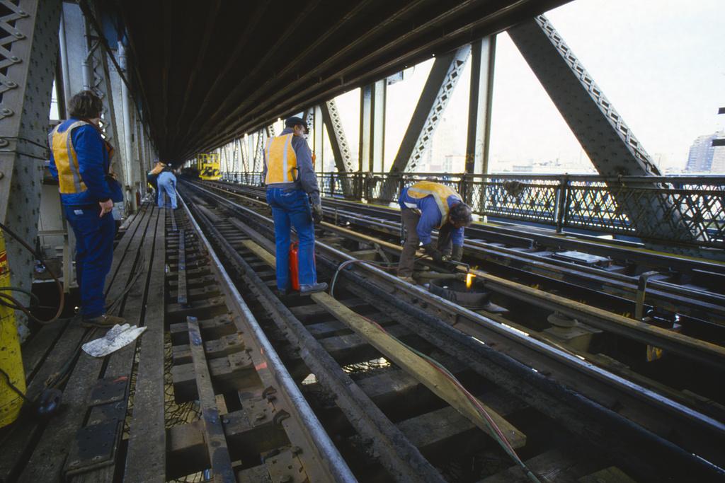(377k, 1024x683)<br><b>Country:</b> United States<br><b>City:</b> New York<br><b>System:</b> New York City Transit<br><b>Location:</b> Manhattan Bridge<br><b>Collection of:</b> Collection of nycsubway.org <br><b>Notes:</b> 1980s<br><b>Viewed (this week/total):</b> 0 / 83