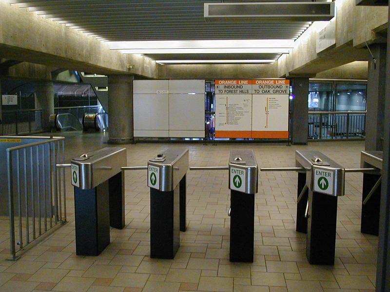 (96k, 800x600)<br><b>Country:</b> United States<br><b>City:</b> Boston, MA<br><b>System:</b> MBTA<br><b>Line:</b> MBTA Orange Line<br><b>Location:</b> North Station <br><b>Photo by:</b> Todd Glickman<br><b>Date:</b> 4/17/2000<br><b>Notes:</b> Fare control level of the Orange Line at North Station.<br><b>Viewed (this week/total):</b> 0 / 3450
