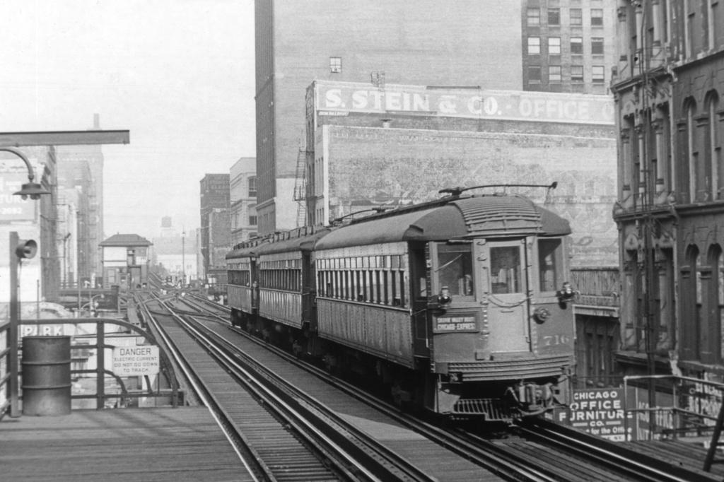 (233k, 1024x682)<br><b>Country:</b> United States<br><b>City:</b> Chicago, IL<br><b>System:</b> Chicago Transit Authority<br><b>Line:</b> CTA Loop<br><b>Location:</b> Randolph/Wells<br><b>Car:</b> CTA El Cars 716 <br><b>Collection of:</b> David Pirmann<br><b>Date:</b> 10/1961<br><b>Notes:</b> Chicago, North Shore And Milwaukee interurban train, NB on Wells, approaching Lake Street on the Loop<br><b>Viewed (this week/total):</b> 2 / 4409