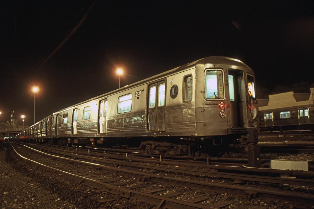 (295k, 1024x683)<br><b>Country:</b> United States<br><b>City:</b> New York<br><b>System:</b> New York City Transit<br><b>Location:</b> Concourse Yard<br><b>Car:</b> R-68 (Westinghouse-Amrail, 1986-1988)  2539 <br><b>Photo by:</b> Glenn L. Rowe<br><b>Collection of:</b> David Pirmann<br><b>Date:</b> 4/24/1991<br><b>Viewed (this week/total):</b> 3 / 7126