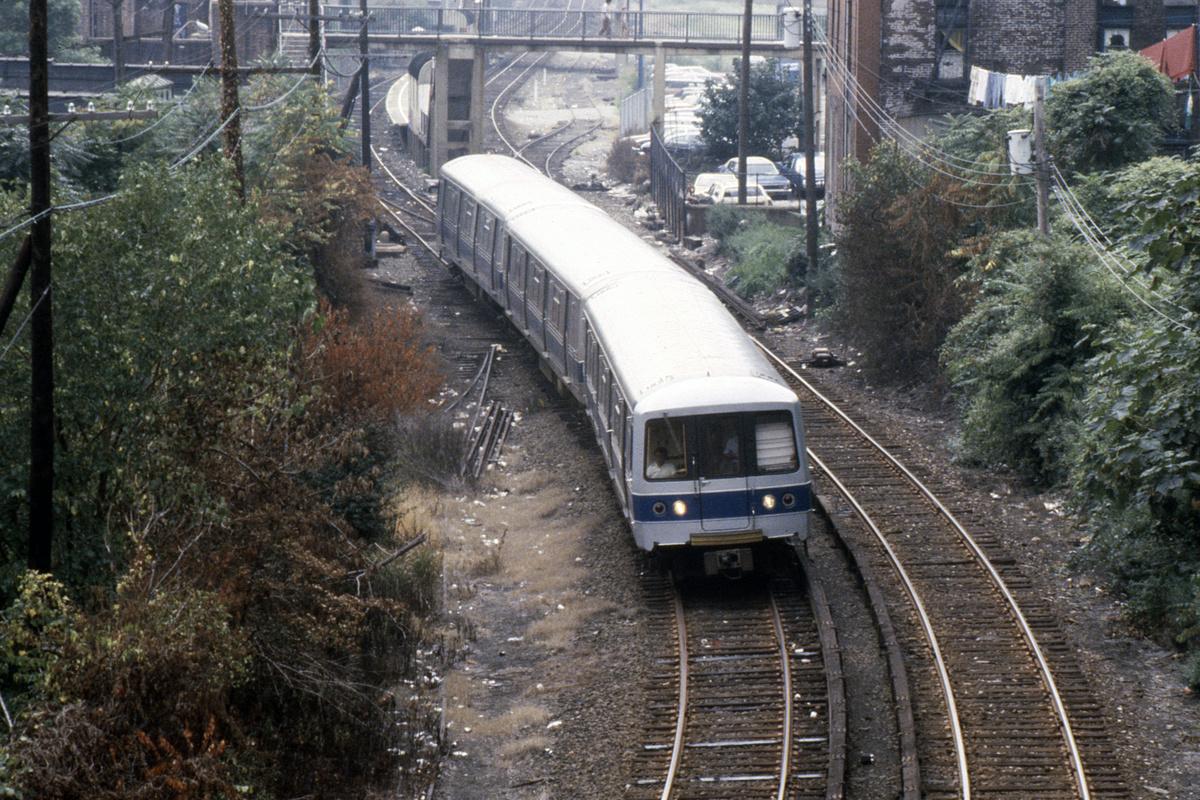 (678k, 1044x708)<br><b>Country:</b> United States<br><b>City:</b> New York<br><b>System:</b> New York City Transit<br><b>Line:</b> SIRT<br><b>Location:</b> Tompkinsville <br><b>Car:</b> R-44 SIRT (St. Louis, 1971-1973)  <br><b>Photo by:</b> Steve Hoskins<br><b>Collection of:</b> David Pirmann<br><b>Date:</b> 8/1979<br><b>Viewed (this week/total):</b> 1 / 7916
