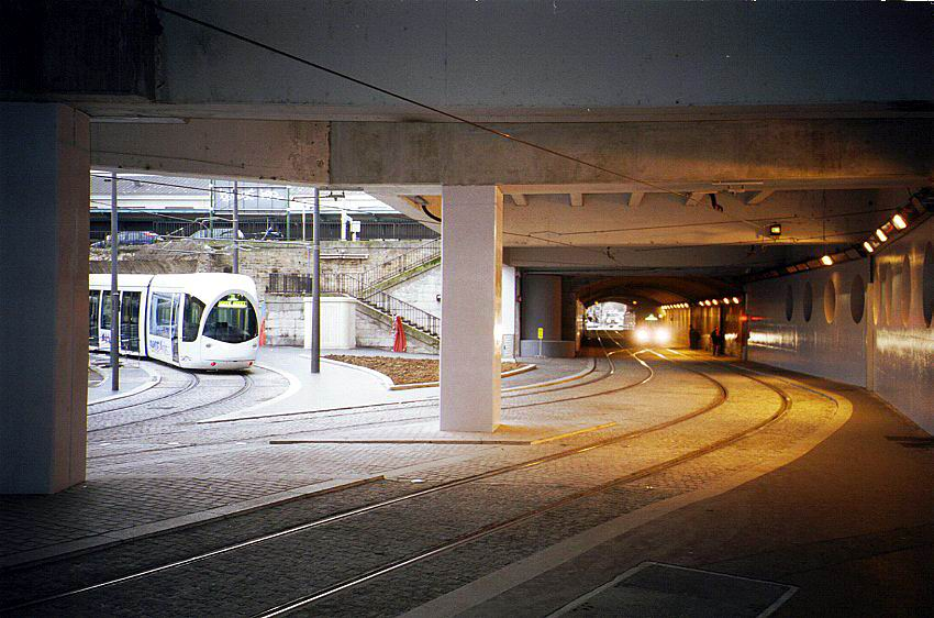 (99k, 850x562)<br><b>Country:</b> France<br><b>City:</b> Lyon<br><b>System:</b> Transports en commun lyonnais (TCL)<br><b>Line:</b> Tram T1 <br><b>Location:</b> Perrache <br><b>Car:</b> Citadis Low-Floor Type 302 (Alstom, 2000)  0802 <br><b>Photo by:</b> Bernard Chatreau<br><b>Date:</b> 1/3/2001<br><b>Notes:</b> North end of tunnel facing south<br><b>Viewed (this week/total):</b> 1 / 2423