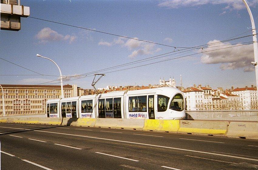 (118k, 850x562)<br><b>Country:</b> France<br><b>City:</b> Lyon<br><b>System:</b> Transports en commun lyonnais (TCL)<br><b>Line:</b> Tram T1 <br><b>Location:</b> Pont Gallieni <br><b>Car:</b> Citadis Low-Floor Type 302 (Alstom, 2000)  0814 <br><b>Photo by:</b> Bernard Chatreau<br><b>Date:</b> 1/3/2001<br><b>Viewed (this week/total):</b> 0 / 1478