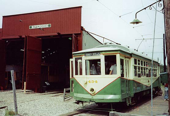 (43k, 555x378)<br><b>Country:</b> United States<br><b>City:</b> Kennebunk, ME<br><b>System:</b> Seashore Trolley Museum <br><b>Car:</b> Dallas Railway & Terminal 434 <br><b>Photo by:</b> Thurston Clark<br><b>Date:</b> 7/15/2000<br><b>Notes:</b> Dallas #434, a Stone & Webster Standard, adjacient to Riverside Barn<br><b>Viewed (this week/total):</b> 0 / 1464