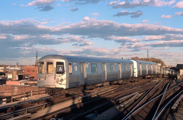 (48k, 640x418)<br><b>Country:</b> United States<br><b>City:</b> New York<br><b>System:</b> New York City Transit<br><b>Line:</b> IND Fulton Street Line<br><b>Location:</b> Rockaway Boulevard <br><b>Route:</b> A<br><b>Car:</b> R-44 (St. Louis, 1971-73) 5286 <br><b>Photo by:</b> Chao-Hwa Chen<br><b>Date:</b> 11/24/1998<br><b>Viewed (this week/total):</b> 0 / 6712