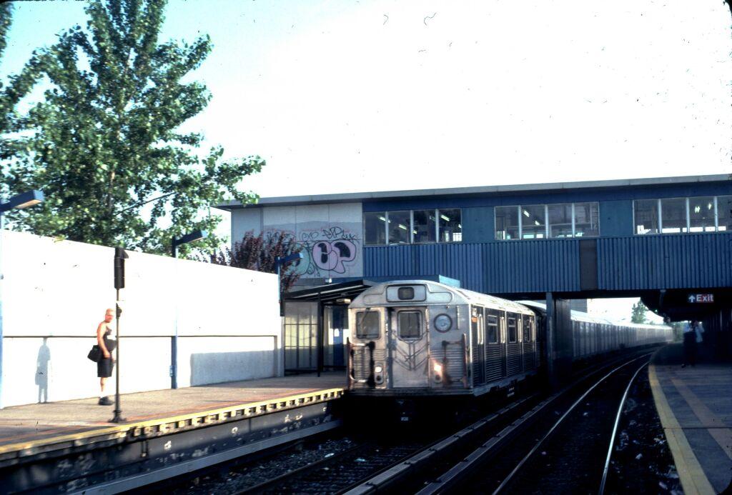 (111k, 1024x693)<br><b>Country:</b> United States<br><b>City:</b> New York<br><b>System:</b> New York City Transit<br><b>Line:</b> IND Rockaway<br><b>Location:</b> Broad Channel <br><b>Car:</b> R-38 (St. Louis, 1966-1967)  4142 <br><b>Photo by:</b> Glenn L. Rowe<br><b>Date:</b> 6/1999<br><b>Viewed (this week/total):</b> 0 / 4459