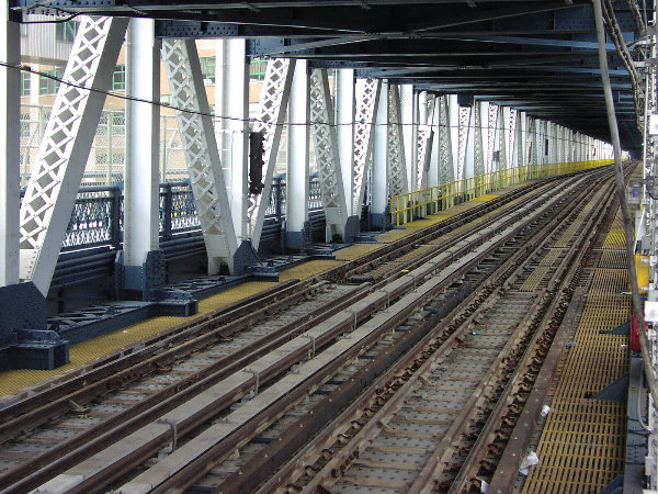 (114k, 600x450)<br><b>Country:</b> United States<br><b>City:</b> New York<br><b>System:</b> New York City Transit<br><b>Location:</b> Manhattan Bridge<br><b>Photo by:</b> Trevor Logan<br><b>Date:</b> 7/15/2001<br><b>Viewed (this week/total):</b> 5 / 6212