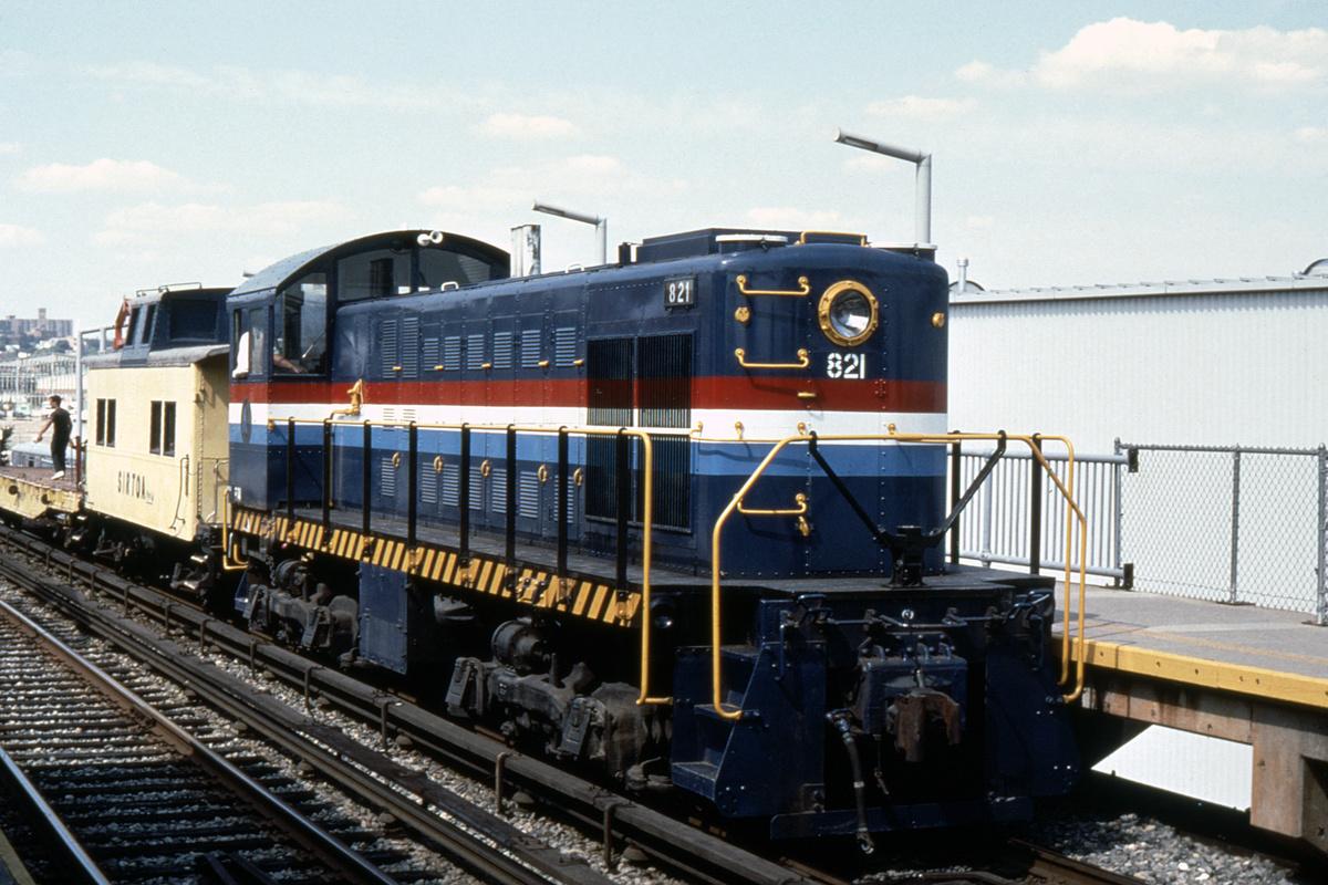 (392k, 1024x683)<br><b>Country:</b> United States<br><b>City:</b> New York<br><b>System:</b> New York City Transit<br><b>Line:</b> SIRT<br><b>Location:</b> Clifton <br><b>Car:</b> Locomotive 821 <br><b>Collection of:</b> David Pirmann<br><b>Date:</b> 8/31/1990<br><b>Viewed (this week/total):</b> 0 / 5804
