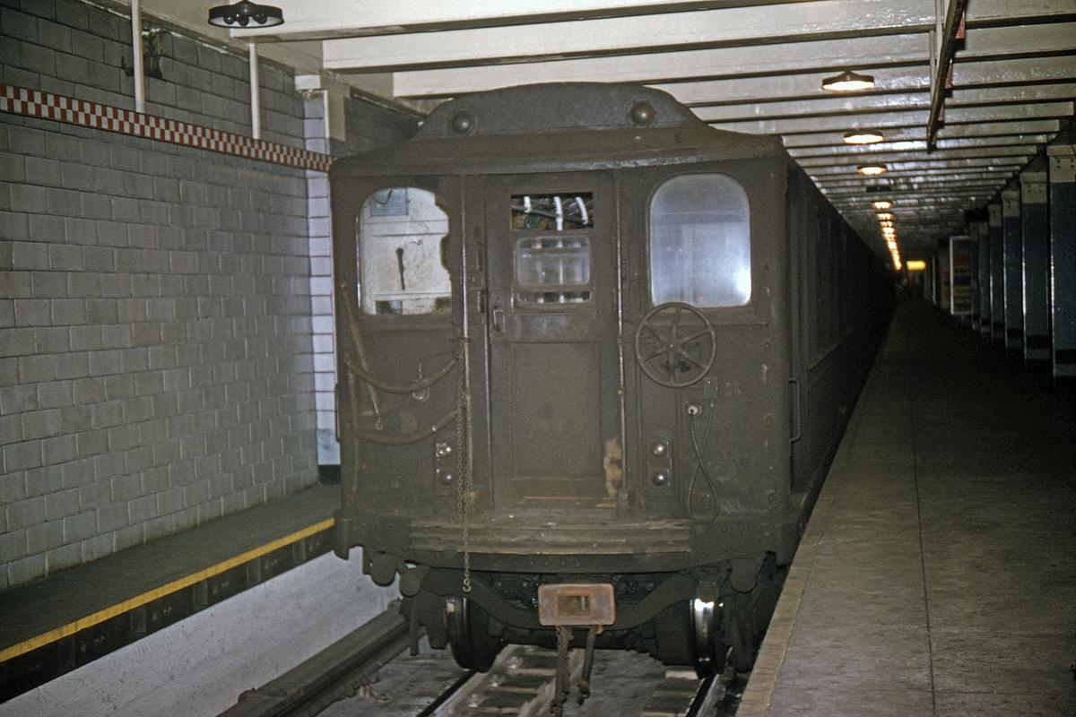 (415k, 1044x711)<br><b>Country:</b> United States<br><b>City:</b> New York<br><b>System:</b> PATH<br><b>Location:</b> 33rd Street <br><b>Car:</b> H&M 264 <br><b>Collection of:</b> David Pirmann<br><b>Date:</b> 2/14/1965<br><b>Viewed (this week/total):</b> 0 / 5711