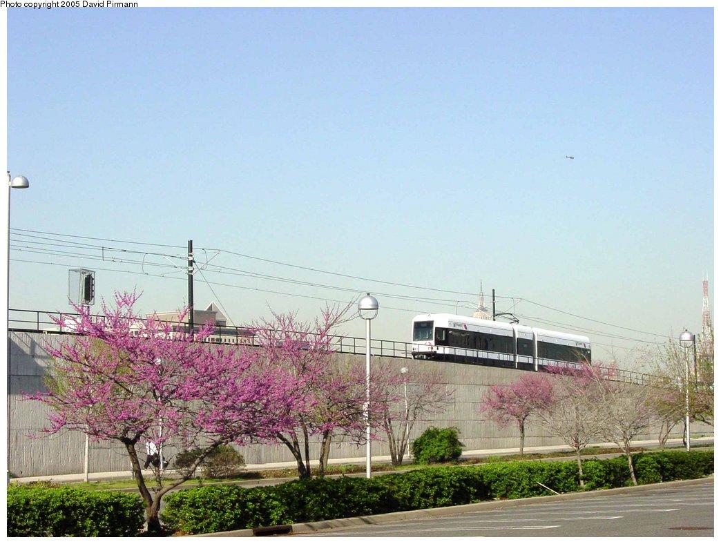 (166k, 1044x788)<br><b>Country:</b> United States<br><b>City:</b> Jersey City, NJ<br><b>System:</b> Hudson Bergen Light Rail<br><b>Location:</b> Between Newport & Hoboken <br><b>Photo by:</b> David Pirmann<br><b>Date:</b> 4/28/2003<br><b>Notes:</b> Southbound car departing Hoboken heading up onto the viaduct<br><b>Viewed (this week/total):</b> 0 / 3269