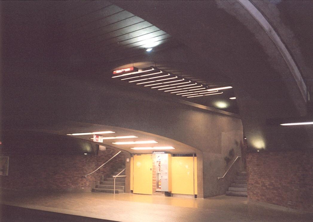 (97k, 1047x742)<br><b>Country:</b> Canada<br><b>City:</b> Montréal, Québec<br><b>System:</b> STM-Metro<br><b>Line:</b> STM Orange Line <br><b>Location:</b> Mont-Royal <br><b>Photo by:</b> Tristan Zieley<br><b>Date:</b> 7/6/2003<br><b>Viewed (this week/total):</b> 0 / 2426