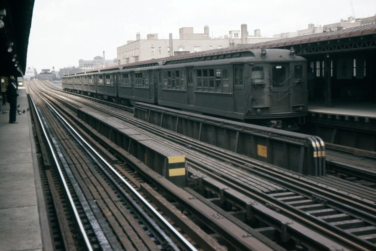 (325k, 1044x708)<br><b>Country:</b> United States<br><b>City:</b> New York<br><b>System:</b> New York City Transit<br><b>Line:</b> IRT Woodlawn Line<br><b>Location:</b> 161st Street/River Avenue (Yankee Stadium) <br><b>Car:</b> Low-V 5539 <br><b>Photo by:</b> Ed Davis, Sr.<br><b>Collection of:</b> David Pirmann<br><b>Date:</b> 7/1962<br><b>Viewed (this week/total):</b> 2 / 3326