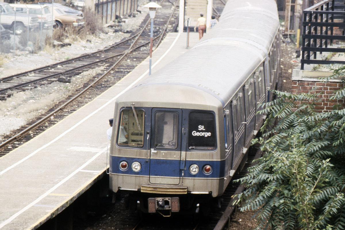 (557k, 1044x707)<br><b>Country:</b> United States<br><b>City:</b> New York<br><b>System:</b> New York City Transit<br><b>Line:</b> SIRT<br><b>Location:</b> Tompkinsville <br><b>Car:</b> R-44 SIRT (St. Louis, 1971-1973)  <br><b>Photo by:</b> Steve Hoskins<br><b>Collection of:</b> David Pirmann<br><b>Date:</b> 8/1979<br><b>Viewed (this week/total):</b> 2 / 7188
