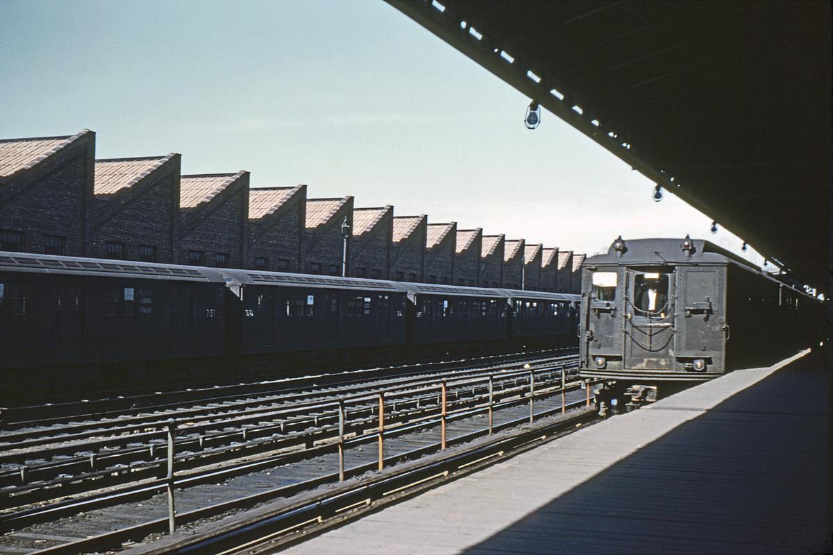 (336k, 1044x698)<br><b>Country:</b> United States<br><b>City:</b> New York<br><b>System:</b> New York City Transit<br><b>Line:</b> IRT White Plains Road Line<br><b>Location:</b> East 180th Street <br><b>Car:</b> Low-V  <br><b>Collection of:</b> David Pirmann<br><b>Date:</b> 4/17/1962<br><b>Viewed (this week/total):</b> 0 / 2872
